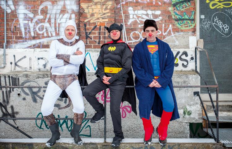 Drei verkleidete Clowns von der Antiheldenakademie