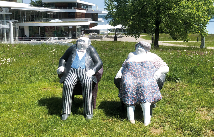 Zwei sitzende Statuen