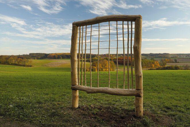 Holzkunstwerk am Feld