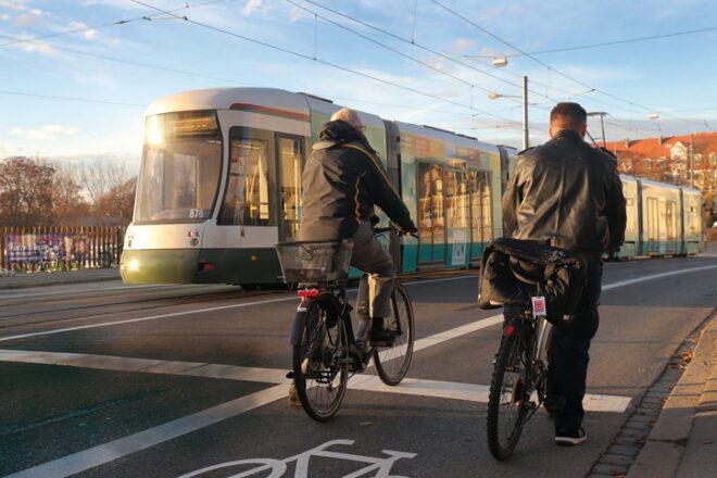 Fahrradfahrer und Straßenbahn