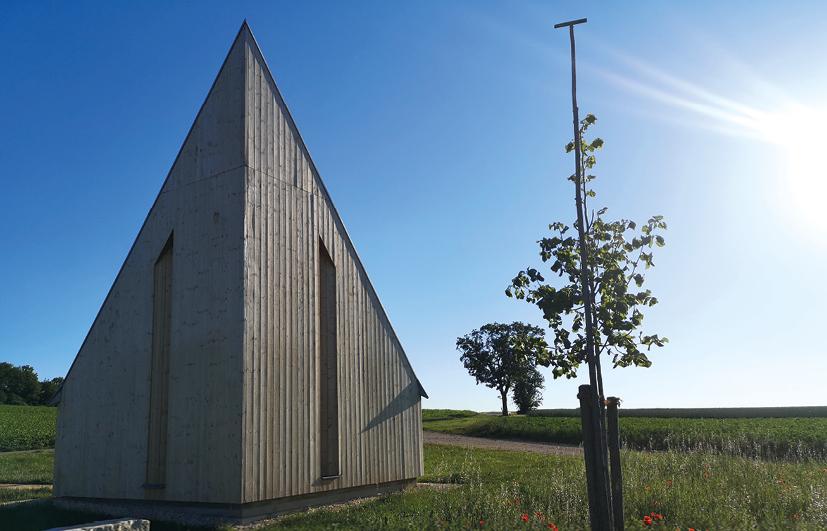 Spitzförmiges Gebäude am Feld