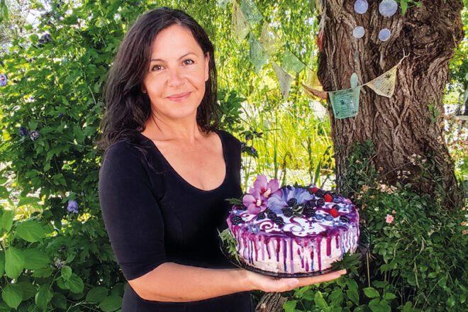Petra Wiedemann mit einem veganen Kuchen